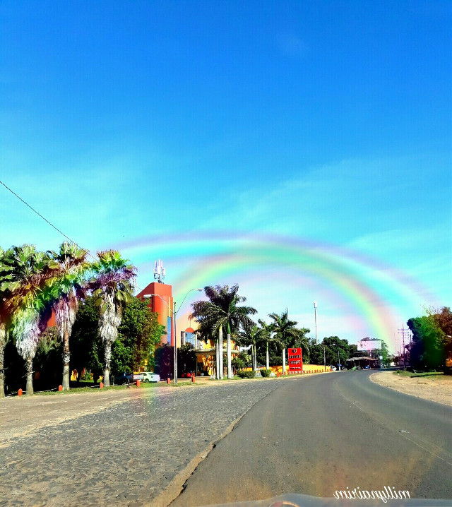 insolito 😀cielo despejado un hermoso dia con arco iris.lol...happy weekend #rainbowlight #colorful #blueskyandclouds #travel #palmtrees #palm #myclick