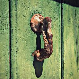 dpcdoorknockersandbells exploringthecitystreets oldwoodgreendoor rustyololdknocker softgrungetextured