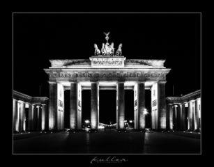 dpcsymmetry bnw brandenburgertor nightphotography