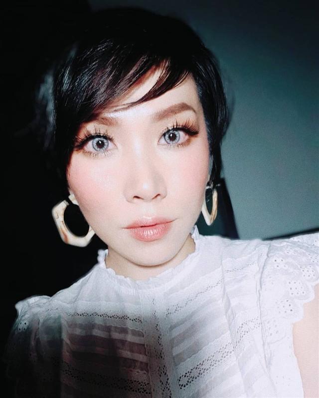 White  #freetoedit #whiteaesthetic #summernights #nightshot #lowlight #expressyourself #mylifestyle #makeup #eyelashes #