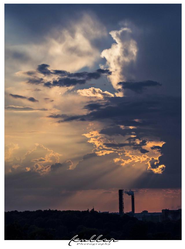 Und während man auf den Mond wartet, nimmt man noch den Sonnenuntergang mit 😊  #sunset #dramaticsky #sky #clouds  #freetoedit