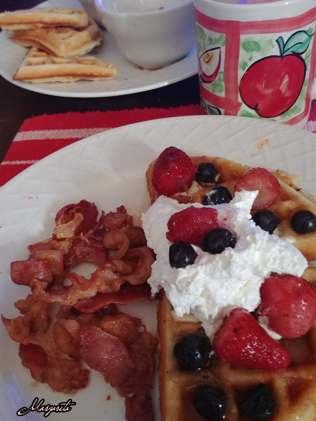 Estás invitado. Semana de mi cumpleaños. Celebra la vida. ❤❤❤❤❤❤❤❤❤❤❤❤ You're invited. My birthday week. Celebrate life.  #mondaymorning #breakfast #food #homemade #inmykitchen #waffles #bacon #coffee #birthdayweek #october2018 #ilovecooking #celebratelife #myphotography #mylife