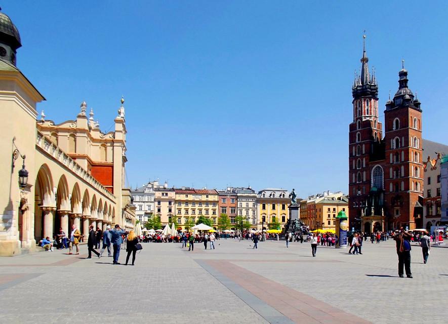 La Piazza del Mercato di Cracovia  #freetoedit #city #cityphotography #architecture #medievalarchitecture #square #houses #church #monuments #krakow #poland #myphotography