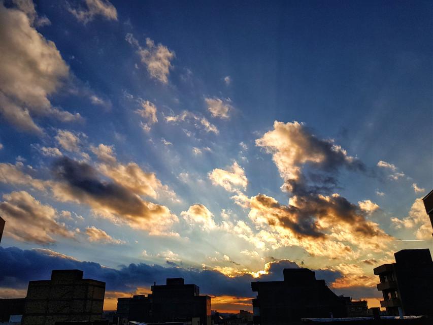 Beautiful Sunset 💛 . #lifestyleblogger #photography #art #sky #positivevibes #shot #sunsetsky #lovesky #life #smile #weekend #mood #city #beauty #photo #god