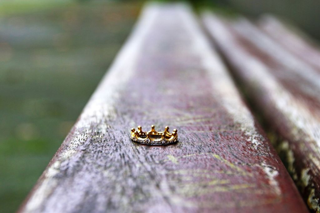 #interesting #bench #ring #crown #nature #outside #surface #fall #fallfashion #fallinlove #myphoto    Crown for queen ✨👑