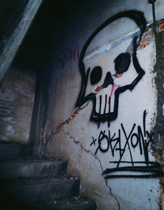 Soporte vital.  #Birdbox #abandoned #old #decay #grunge #skull #stairs #broken #urbex #urbexexploration