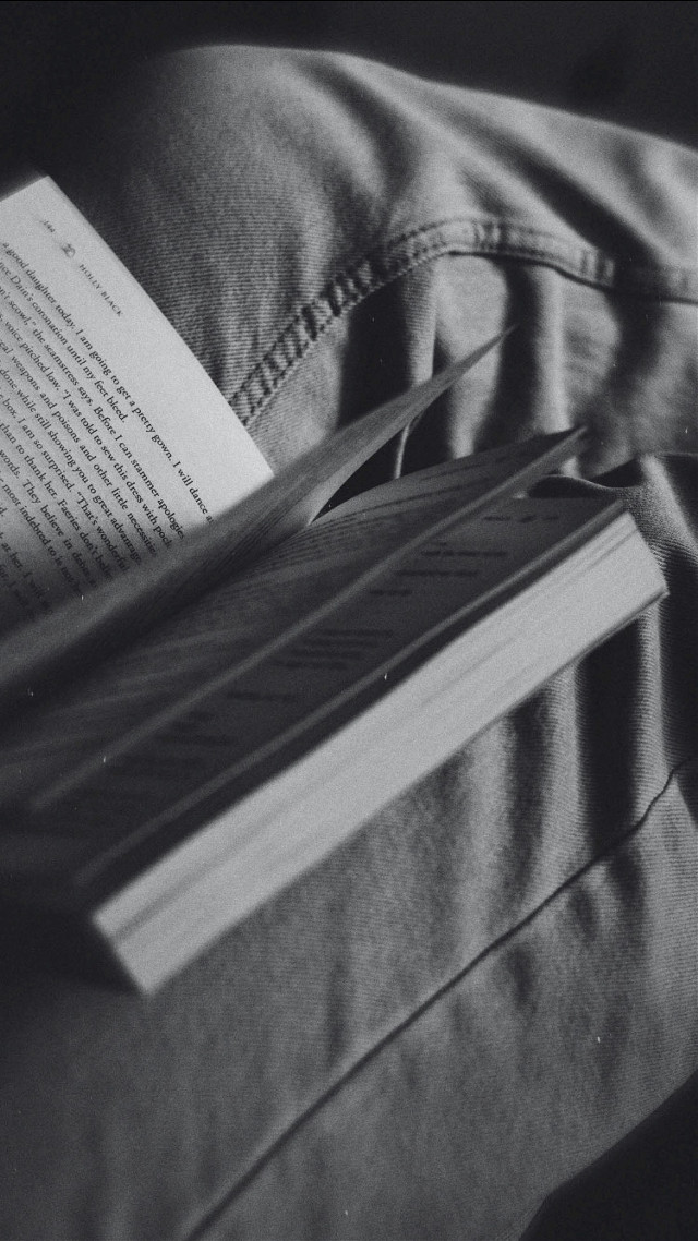 Some book fairytale action going on, I started this new book called The Crule Prince and so far it's pretty interesting! I hope everyone is having a great weekend 💖 #freetoedit #reading #book #jeans #blackandwhite #photography #aesthetic