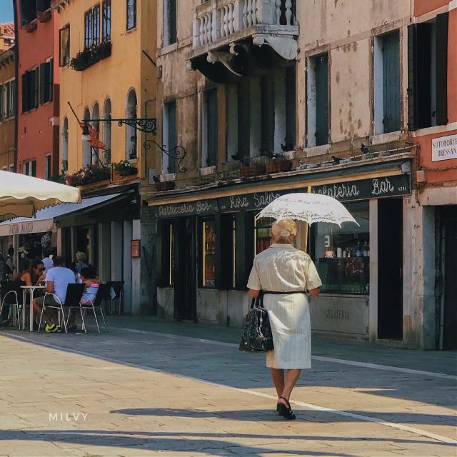 """""""Lady with parasol"""" #Venice"""" 💛 #Italy #Venezia #mysummertriptovenice #visititaly #Venice #shotoniphone #myphoto #photography #ancientcity #beautifulitaly #Italia"""