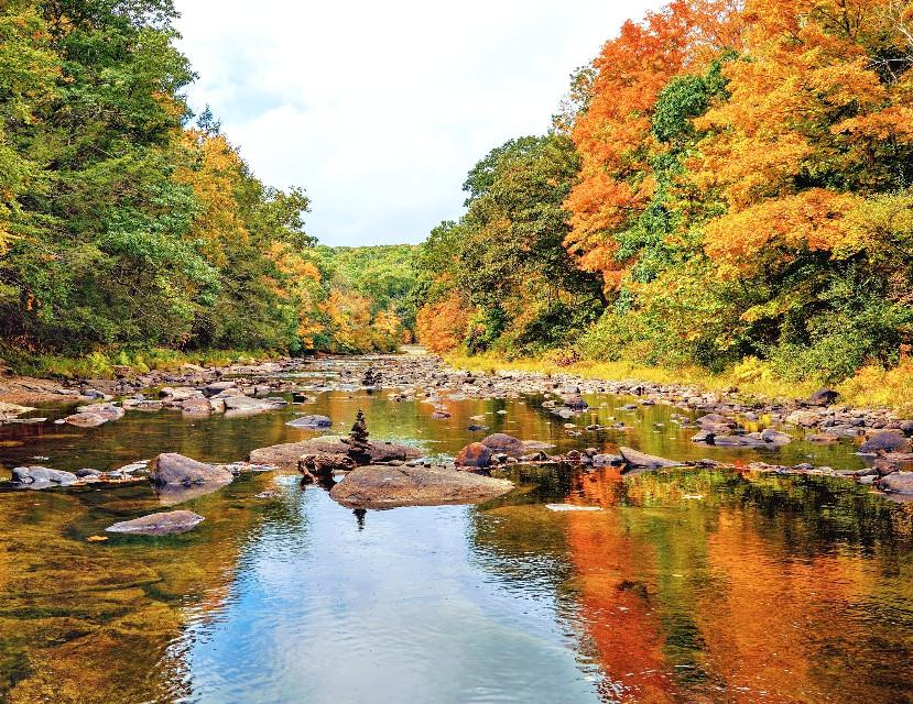 #naturephotography #outdoorphotography #rocks #smallriver #reflections #autumncolors