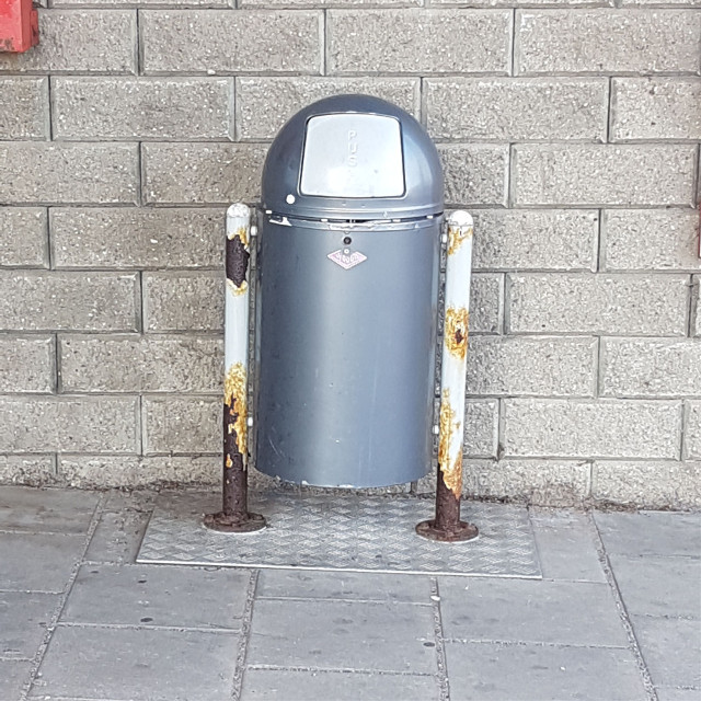 OpEn mE pLeAsE   Hello there! (Sry no Obi-Wan this time) I was waiting for my dad to collect me after my streetdance and then I saw this trashcan!! It looks like R2-D2!!😲❤ #r2d2 #r2-d2 #starwars #trashcan
