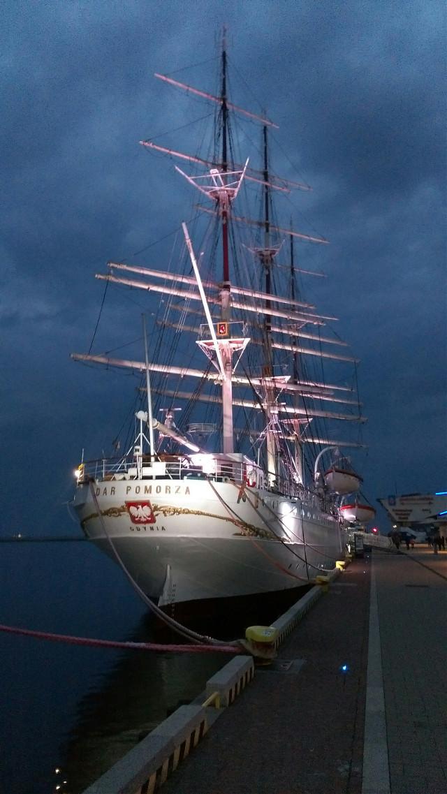 "Gdynia City, Poland ""Dar Pomorza""  #eveningphotography #gdyniacity #poland🇵🇱 #balticsea #lights #boat ##noedit #october2020"