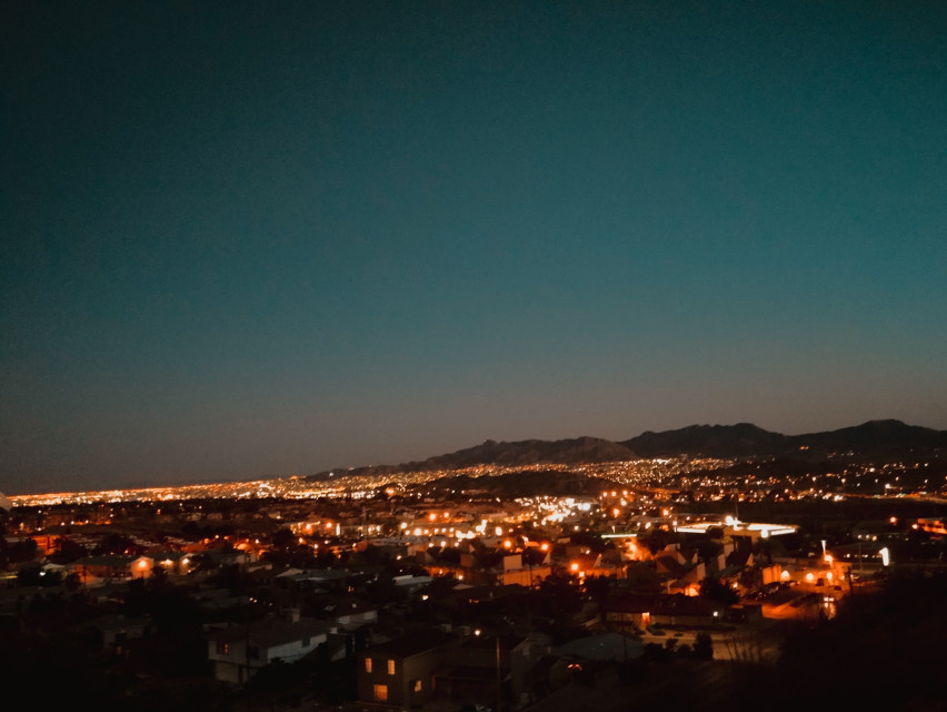 Goodnight. Noches. ✨ Luz en la oscuridad... ♡ ♡ ♡ 🎼  Light in the darkness... https://youtu.be/oOcWPJ1KIv8  #lightinthedarkness #nighttime #nightphotography #lights #home #view #mountains #octobernight #autumn #horizon #musicislife #myphotography