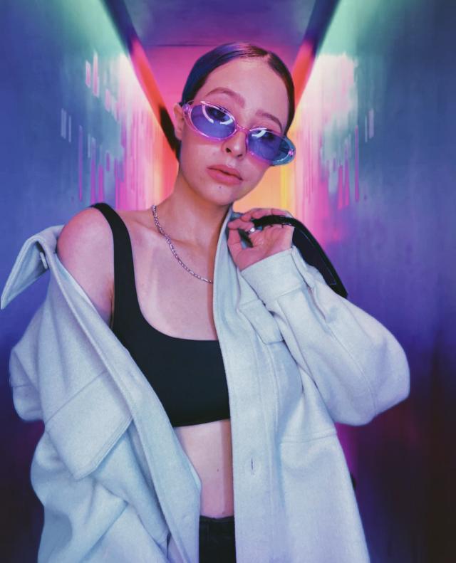 #replay #girl #aesthetic #aestheticgirl #pink #glitter #glow #outfit #juanamartinez #youtuber #background #neon #light #lights #glasses