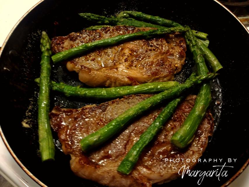 D I N N E R   F O R   T W O Good food, good life. 🍷🍷  #brillaperla #dinnerfortwo #food #foodphotography #steak #asparagus #inmykitchen #homemade #photographybymargarita